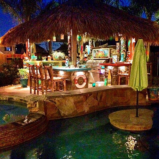 Tiki hut beach bar bums - Restaurante tiki ...