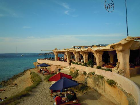 1024px-Sunset_Ashram_beach_Bar,_Cala_Conta_Tuesday_29_May_2012
