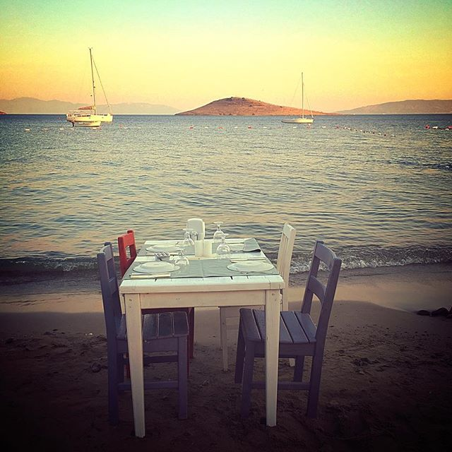 Table for four at Dalga Beach in Bodrum, Turkey. Image by Instagram user @ffustagram
